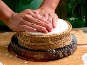 Cheese making :: Abelore, agrotourism in rural houses in Navarra, Spain