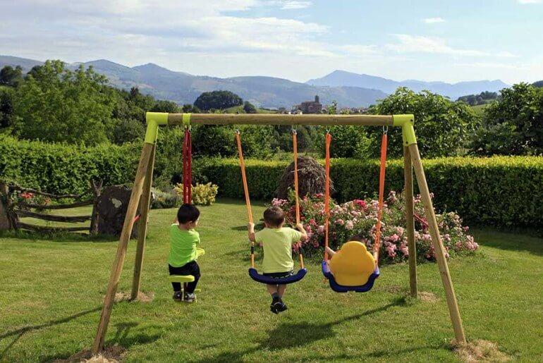 Jardín y columpios de casa rural Jauregia II, Aniz, valle de Baztan :: Agroturismos en Navarra