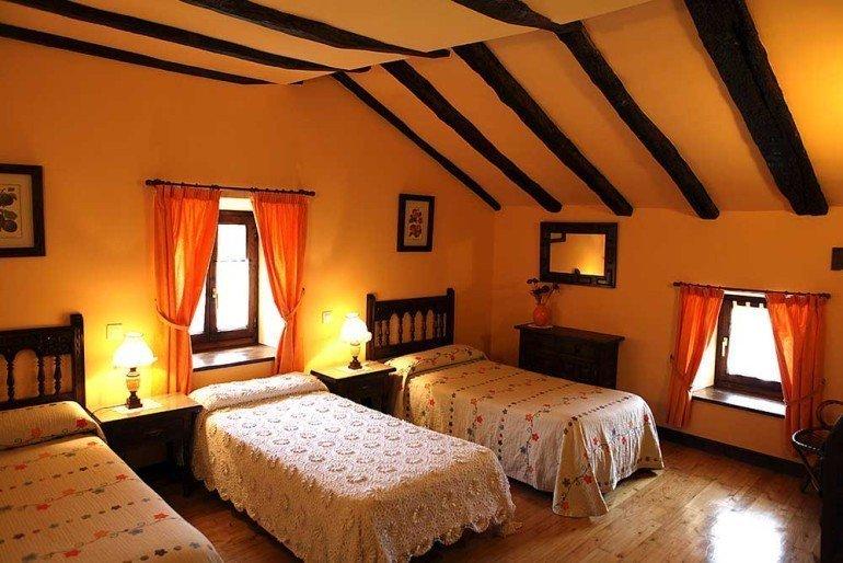 Habitación triple de casa rural Jauregia, Aniz, valle de Baztan :: Agroturismos en Navarra