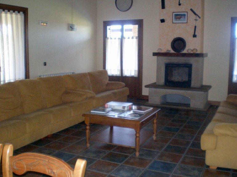 Salón con chimenea de casa rural Haritzalotz, Zurucuáin, Tierra Estella :: Agroturismos en Navarra