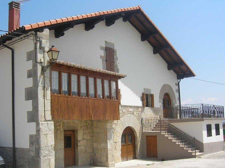 Fachada de casa rural Loperena, Goldaratz :: Agroturismo en Navarra