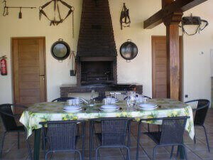 Porche con barbacoa en casa rural Haritzalotz, Zurucuáin, Tierra Estella :: Agroturismo en Navarra