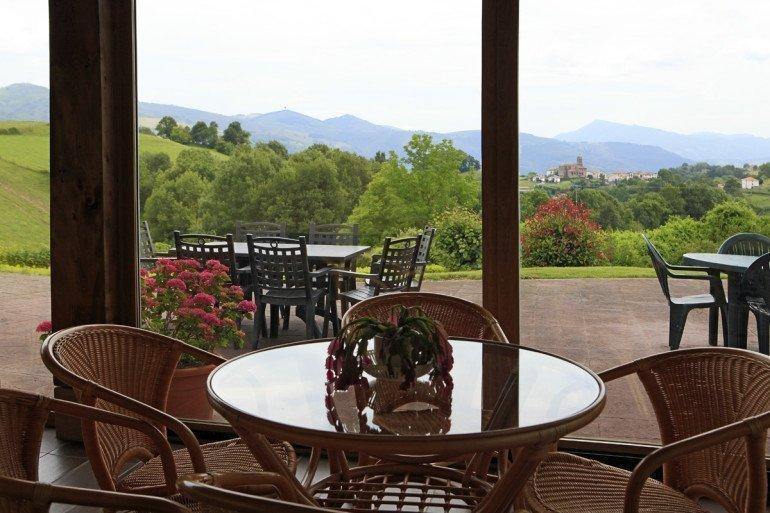 Casa rural Jauregia, Aniz, Valle de Baztán, porche acristalado :: Agroturismo en Navarra