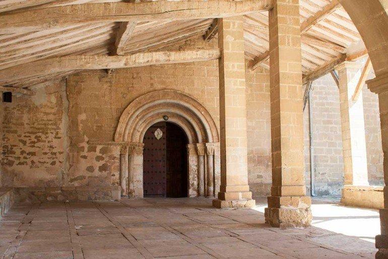 Atrio de la Iglesia de Santa María de Eguiarte, junto a casa rural La Sacristana, Lácar, Tierra Estella :: Agroturismo en Navarra