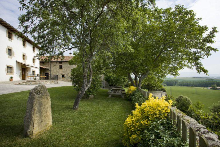 Casa rural Loretxea, jardines y vistas :: Agroturismo en Navarra