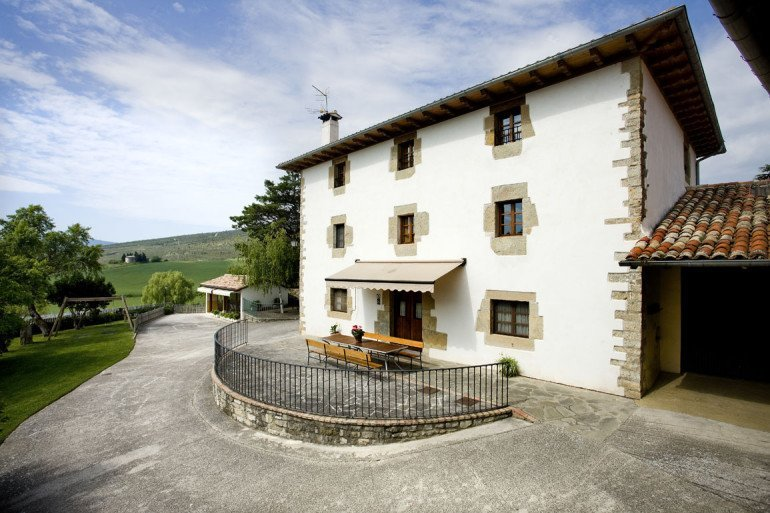 Casa rural Loretxea, Izkue, en las cercanías de Pamplona. Fachada de la casa :: Agroturismo en Navarra