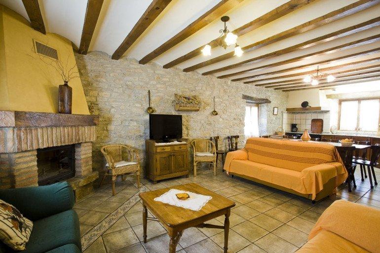 Casa rural Loretxea, Izkue, en las cercanías de Pamplona. Salón con chimenea :: Agroturismo en Navarra