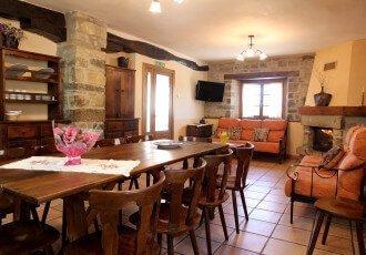 Salón con chimenea casa rural Loretxea