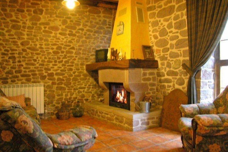 Salón con chimenea en casa rural Ballenea, Erratzu, valle de Baztan :: Agroturismo en Navarra