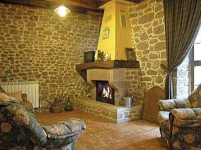 Salón con chimenea en casa rural Kastonea, Erratzu, valle de Baztan :: Agroturismos en Navarra