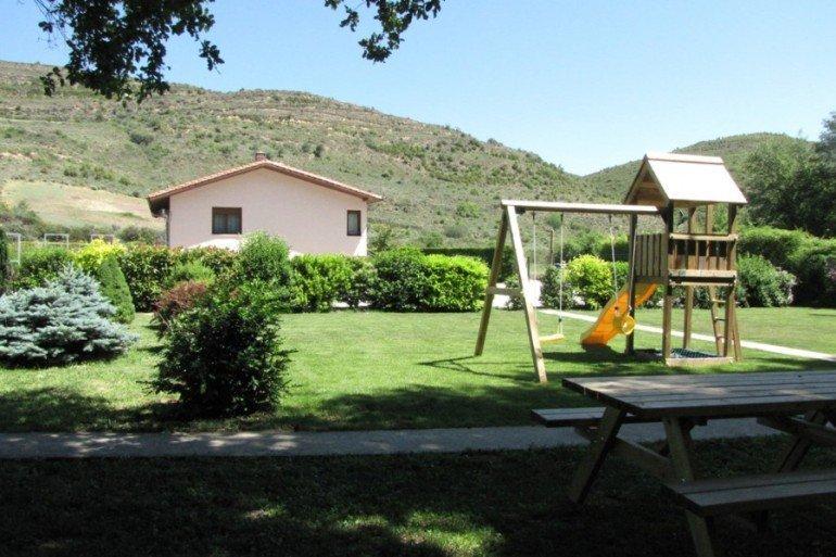 Jardines y zona de juegos infantiles en casa rural Ibarbasoa, Moriones :: Agroturismos en Navarra