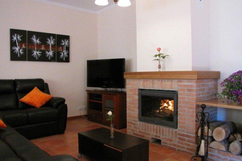 Salón con chimenea en casa rural Ibarbasoa, Moriones :: Agroturismos en Navarra
