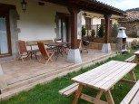 Porche y jardín de casa rural Enarakabi, Urrizelqui :: Agroturismos en Navarra
