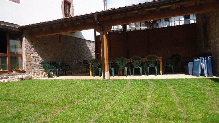 Porche y jardín de casa rural Kastonea, Erratzu, Valle de Baztan :: Agroturismo en Navarra