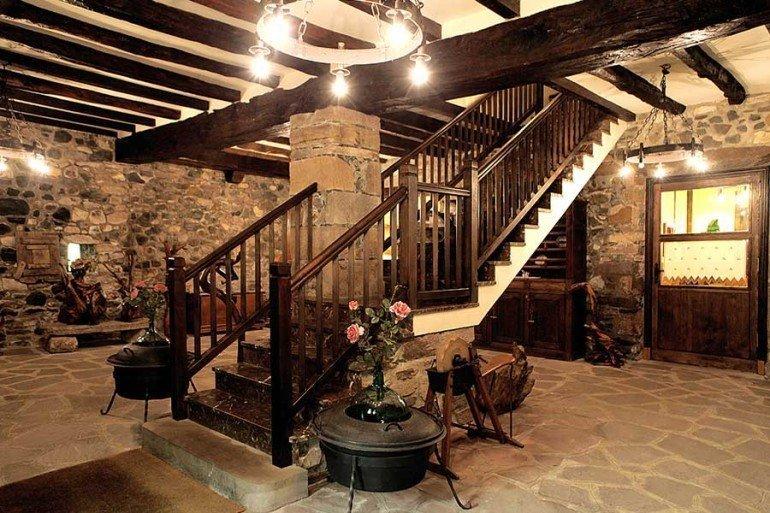 Escaleras interiores de casa rural Jauregia, Aniz, valle de Baztan :: Agroturismos en Navarra