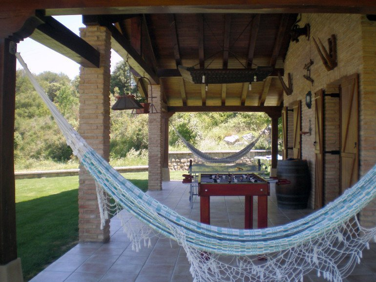 Porche y zona de juegos en casa rural Haritzalotz, Zurucuáin, Tierra Estella :: Agroturismos en Navarra