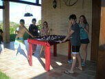 Niños jugando al futbolín en casa rural Haritzalotz, Zurucuáin, Tierra Estella :: Agroturismo en Navarra