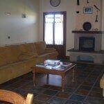 Salón con chimenea en casa rural Haritzalotz, Zurucuáin, Tierra Estella :: Agroturismo en Navarra