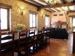 Vista del comedor y salón con chimenea de casa rural Antxitorena :: Agroturismos en Navarra