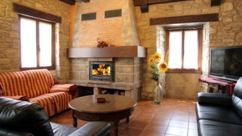 Salón con chimenea en casa rural Antxitorena :: Agroturismos en Navarra