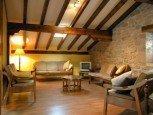 Salón abuhardillado de casa rural Ballenea, Erratzu, valle de Baztan :: Agroturismo en Navarra