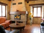 Salón con chimenea en Casa Rural Matxiñena :: Abelore, Casas Rurales de Agroturismo en Navarra