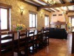 Comedor, salón y chimenea en Casa Rural Matxiñena :: Abelore, Casas Rurales de Agroturismo en Navarra