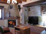 Salón con chimenea en casa rural Enarakabi, Urrizelqui :: Agroturismos en Navarra