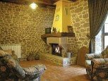 Salón con chimenea en casa rural Kastonea, Erratzu, Valle de Baztan :: Agoturismo en Navarra