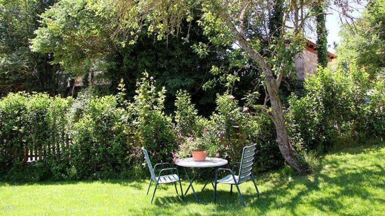 Rincón del jardín de la casa rural Antxitorena :: Abelore, casas rurales de agroturismo en Navarra