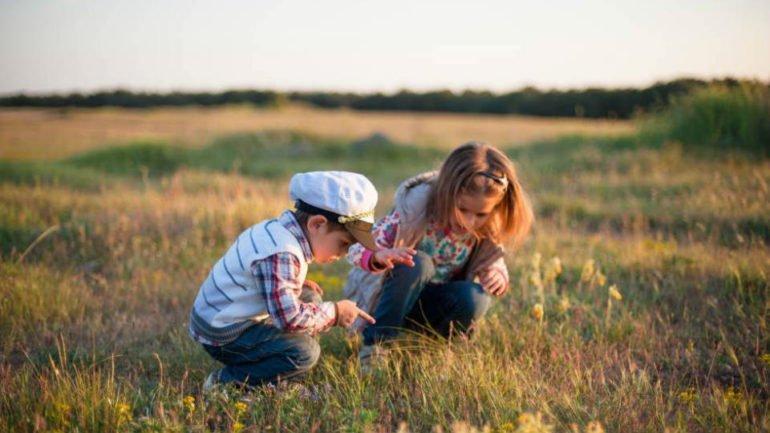 Niños jugando y descubriendo la naturaleza :: Abelore, Casas Rurales de Agroturismo en Navarra