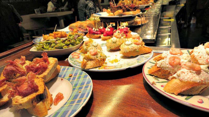 Barra de pinchos en un bar de Pamplona - Experiencias gastronómicas en Navarra